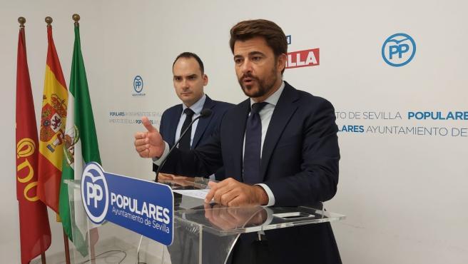 El portavoz del PP en el Ayuntamiento de Sevilla, Beltrán Pérez, junto al edil Rafael Belmonte, en rueda de prensa