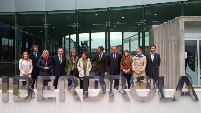 El presidente del PP, Pablo Casado (5d), el presidente del PP en Euskadi (4d); el presidente del PP de Álava, Iñaki Oyarzabal (2i); la candidata del PP al Congreso por Álava, Mari Mar Blanco (3i); la secretaria general del PP vasco, Amaya Fernández (