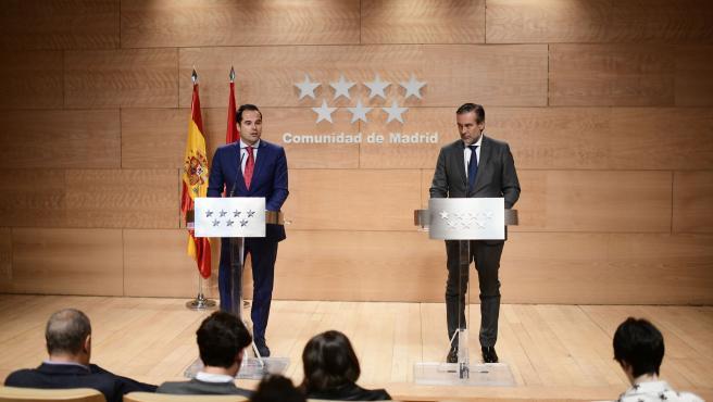 Ignacio Aguado y Enrique López, este martes, detallando los acuerdos del Consejo de Gobierno.