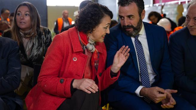 La ministra de Trabajo en funciones, Magdalena Valerio y el alcalde de Azuqueca de Henares, José Luis Blanco en su visita a las nuevas instalaciones de la fábrica de ISOVER en Azuqueca de Henares (Guadalajara), a 22 de octubre de 2019.