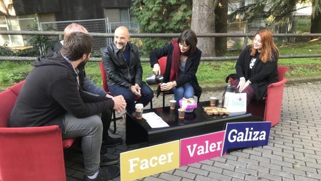 La portavoz nacional del BNG, Ana Pontón, y el candidato al Congreso por A Coruña, Néstor Rego, participan en un acto con estudiantes en Santiago