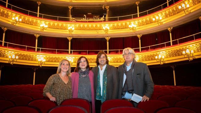 La vicealcaldesa con los joteros Nacho del Río y Beatriz Bernad en el Principal