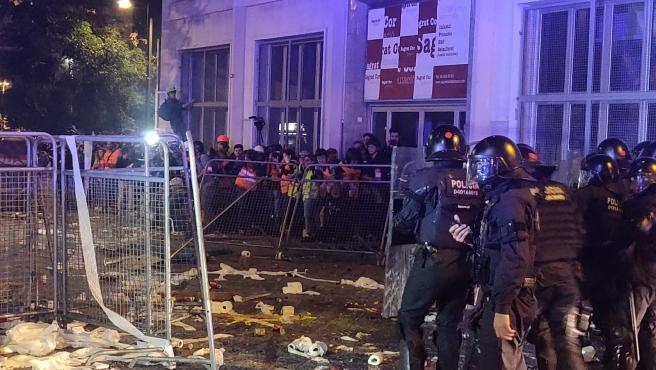Los Mossos ante la Conselleria de Interior donde se han concentrado CDR en protesta por la sentencia del 1-O
