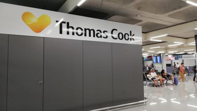 Mostradores de Thomas Cook cerrados en el aeropuerto de Palma.