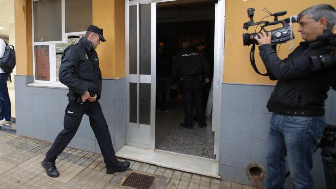 Policías acceden a la vivienda donde ha sido asesinada la mujer en Denia.