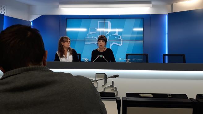 Rueda de prensa celebrada en la Cámara vasca, las parlamentarias de la coalición Nerea Kortajarena y Oihana Etxebarrieta