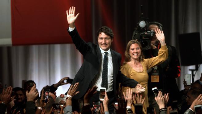 Justin Trudeau, con su mujer, Sophie Gregoire en un mitin tras las elecciones en Canadá.