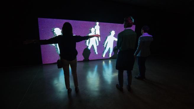 Una de las instalaciones de 'Intangibles' inspirada en la obra 'La Belle société' de Magritte.