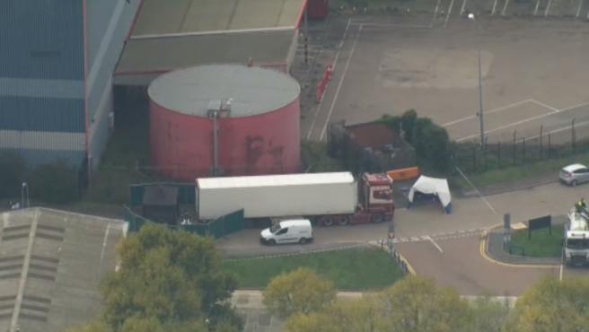 Agentes de policía han detenido un camión en el condado de Essex con 39 cadáveres en su interior. Uno de ellos corresponde a un menor.