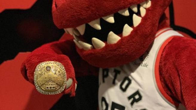 La mascota de los Raptors, con el anillo de campeón de la NBA