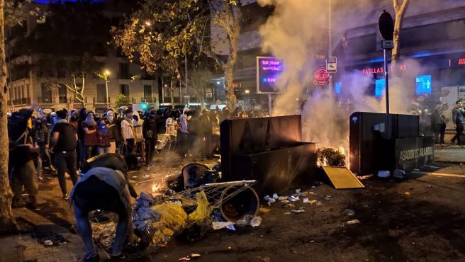 Barricada en Barcelona (plaza Urquinaona-calle Pau Claris) en la sexta noche de protestas contra la sentencia del proceso independentista