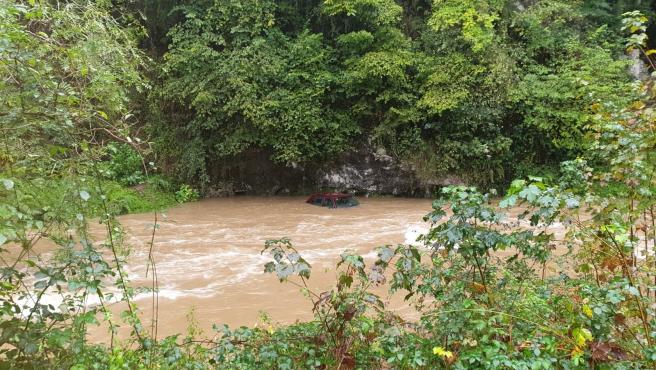 Coche en un río por el temporal de lluvia en la zona de oriente de Asturias.