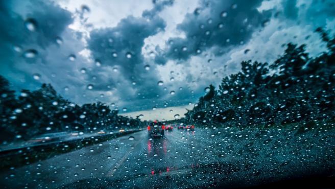 El agarre de los neumáticos de reduce considerablemente con la lluvia.