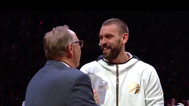 Marc Gasol, en el momento de recibir su anillo de campeón de la NBA