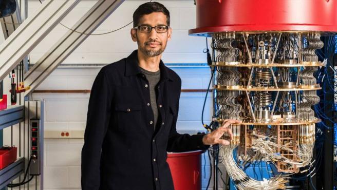 Sundar Pichai, presidente ejecutivo de Google, junto a uno de los ordenadores cuánticos.