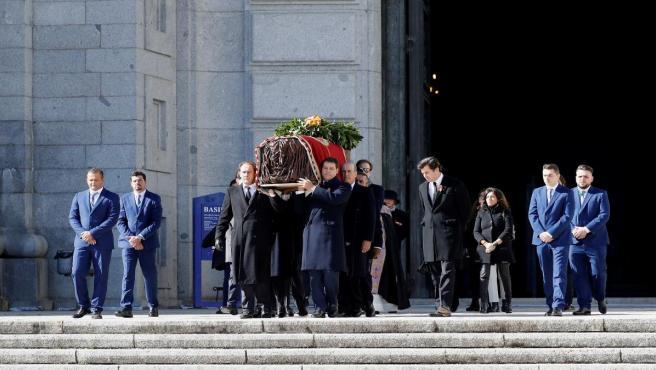 Los familiares de Franco, José Cristobal (c-i) y Luis Alfonso de Borbón Martínez-Bordiú (c-d) encabezan la comitiva familiar que porta el féretro con los restos mortales del dictador tras su exhumación en la basílica del Valle de los Caídos antes de su tr