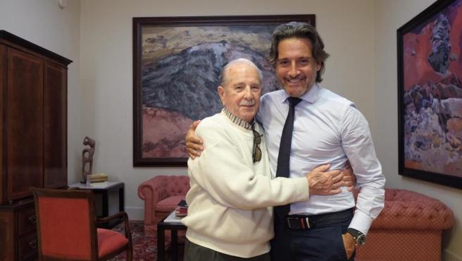 El fotoperiodista Trino Garriga y el presidente del Parlamento, Gustavo Matos