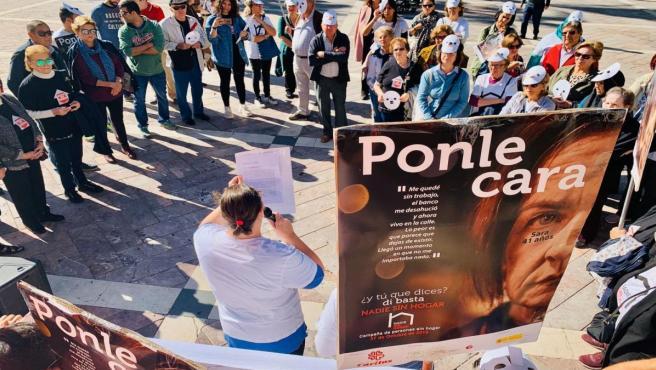 Acción de Cáritas en Huelva para llamar la atención sobre la situación de las personas sin hogar.