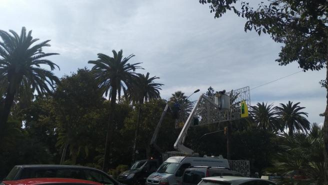 Operarios ponen las luces de Navidad en Málaga