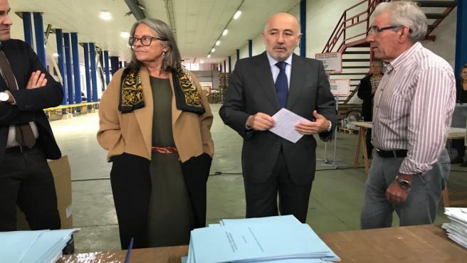 El delegado del Gobierno, Javier Losada, visita el centro de gesstión de la documentación electoral