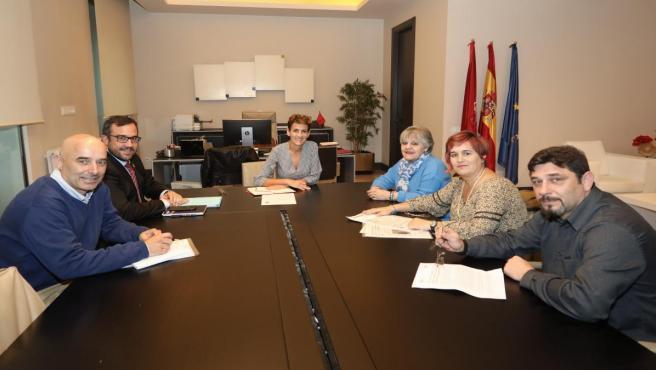 La presidenta del Gobierno de Navarra, María Chivite, con una representación de la Asociación de Ludópatas de Navarra, Aralar