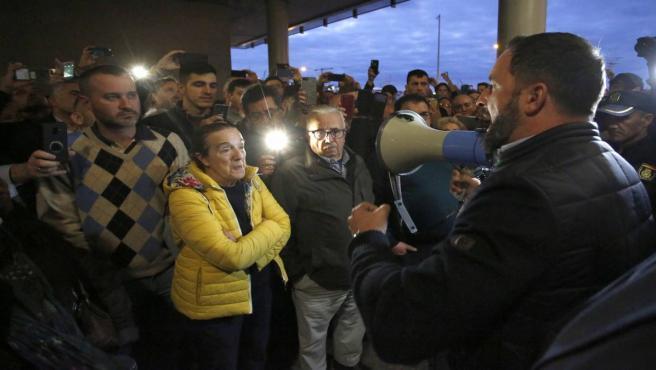 Santiago Abascal, presidente de VOX, dirigiendose a las personas que quedaron fuera durante un mitin de Vox en Vigo (Galicia, España), el jueves 24 de octubre de 2019.