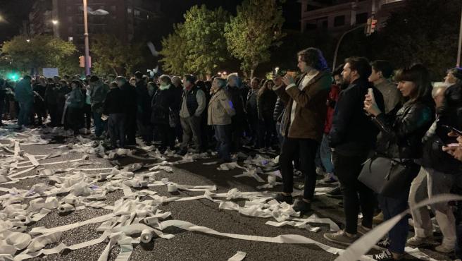 Lanzamiento de papel higiénico en la Subdelegación del Gobierno en Lleida