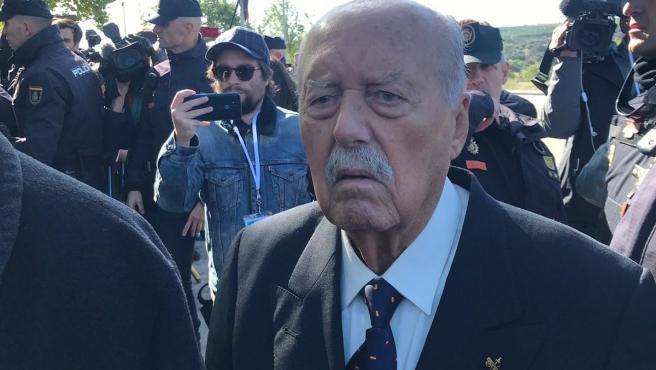 El exteniente coronel de la Guardia Civil, Antonio Tejero, llega al cementerio de Mingorrubio rodeado de una gran expectación, antes de la rehinumación de Franco.