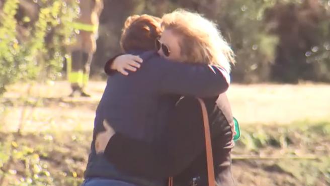 En Vilavert (Tarragona), los familiares, desolados, se acercan al lugar donde se han encontrado restos de un bungalow, que podrían pertenecer a los desaparecidos.