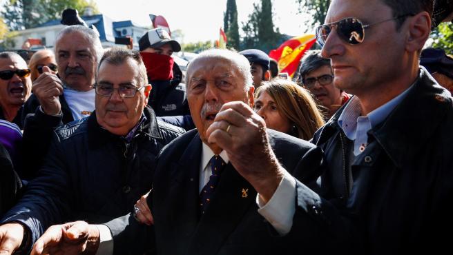 Antonio Tejero se ha unido a la manifestación a favor de Francisco Franco en Mingorrubio.