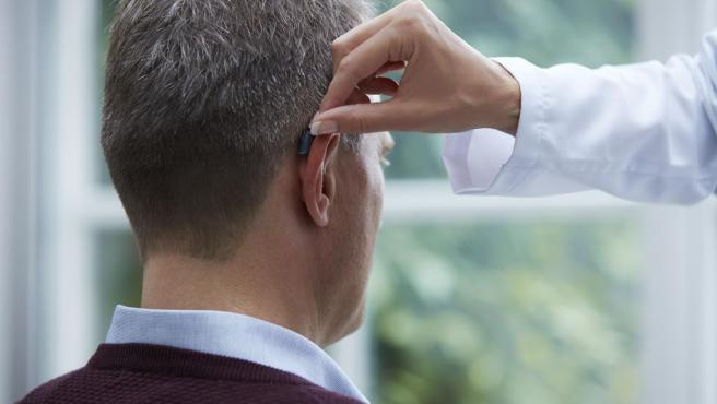 Imagen publicitaria de un audífono de Resound.