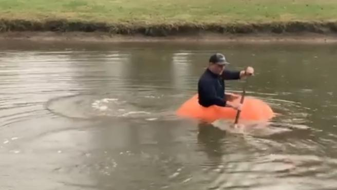 Calabaza gigante usada como kayak