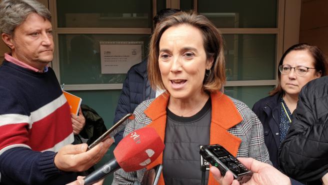 Cuca Gamarra atiende a los medios de comunicación en Salamanca.
