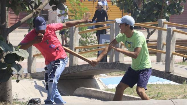 Enfrentamientos entre manifestantes durante la huelga nacional contra la reelección del presidente boliviano, Evo Morales, en santa Cruz (Bolivia).
