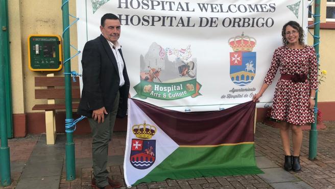 El alcalde de Hospital de Órbigo, Enrique Busto, junto a la concejal de Servicios Sociales, Cristina Alves.