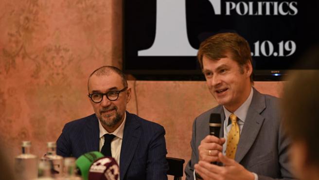 Hugh Elliott (d), embajador del Reino Unido en España con Andrés Rodríguez (i), presidente y editor de Spainmedia.