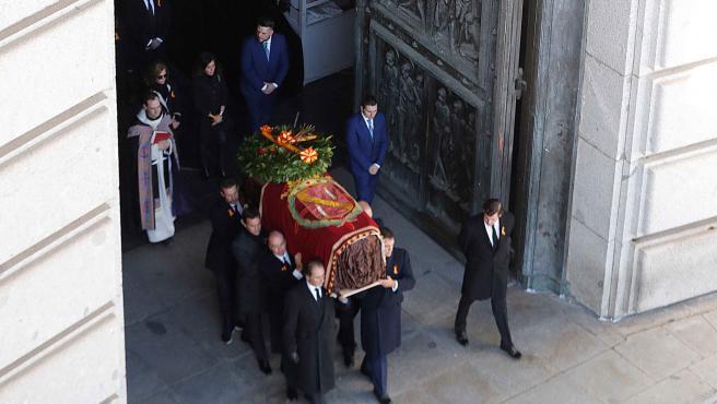 Los restos de Franco salen de la basílica del Valle de los Caídos.