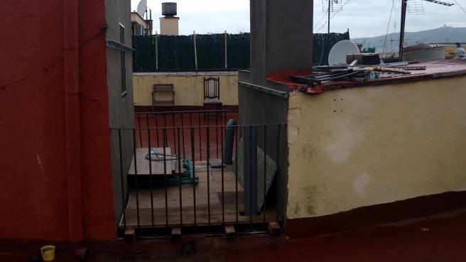 En el número 25 de Santa Madrona cayó un falso techo.