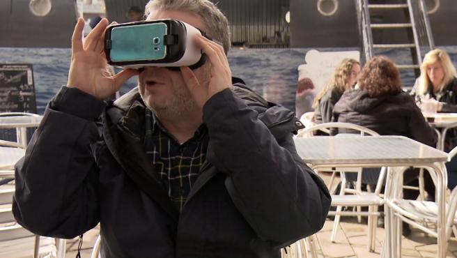 Alberto Chicote juega con unas gafas de realidad virtual en 'Pesadilla en la cocina'.