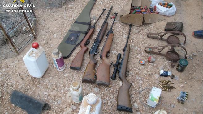 Algunas de las armas y artes de caza incautadas.