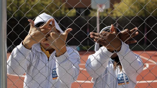 Dos exmiembros de bandas latinas realizan el saludo de los grupos a los que pertenecieron.