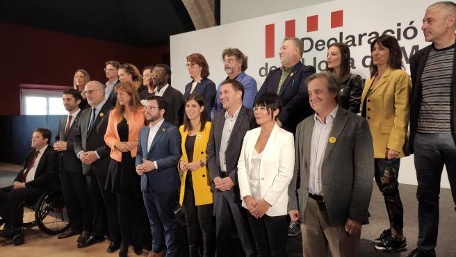 Bieito Lobeira (BNG), Arnaldo Otegi (Bildu), Marta Vilalta, el vicepresidente, Pere Aragonès (ERC), el conseller Jordi Puigneró, Laura Borràs (JxCat) junto a dirigentes de partidos independentistas de todo el Estado