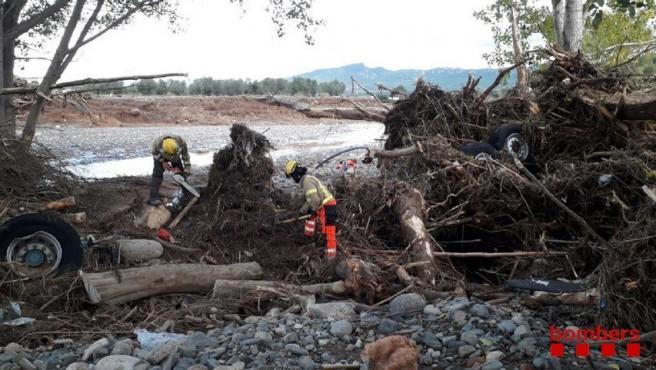 Bombers de la Generalitat en las tareas de búsqueda en el cauce del río Francolí, en una imagen de archivo.