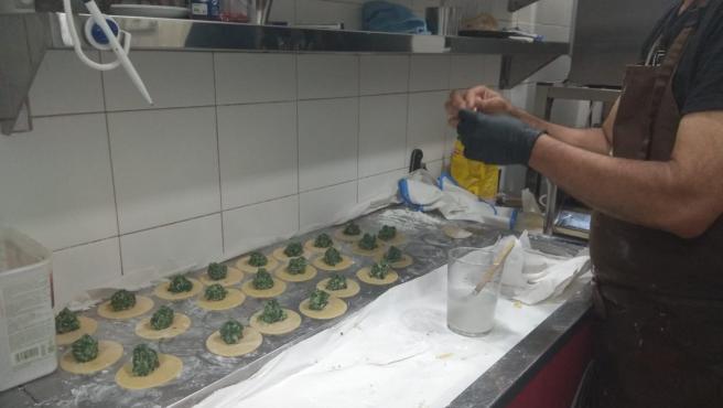 Un cocinero del restaurante Al Solito Posto, en Sevilla, prepara unos raviolis sin gluten.