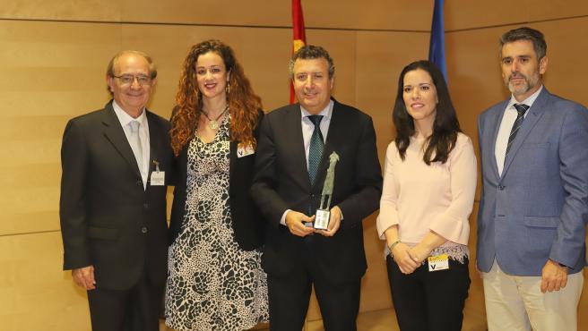 El alcalde de La Rinconada, Javier Fernández, recoge el premio que reconoce al municipio por su estrategia de desarrollo económico y empleo