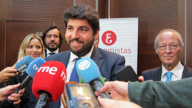 Fernando López Miras atiende a los medios acompañado por el exministro Josep Piqué