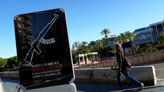 Mupi urbà a València dins de la campanya Banca Armada