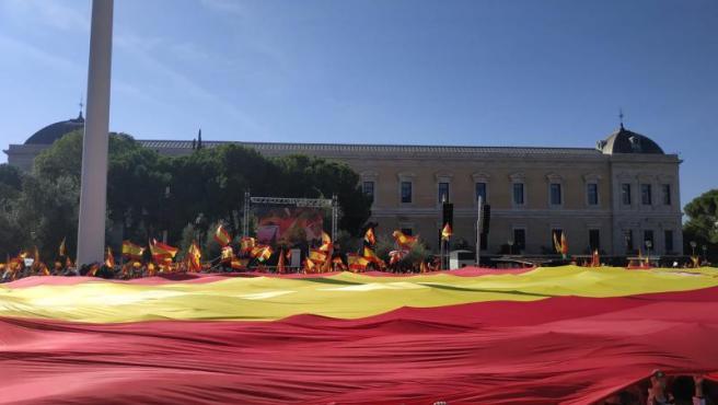 Imagen de la gran bandera de España que ha llevado Vox a la Plaza de Colón.
