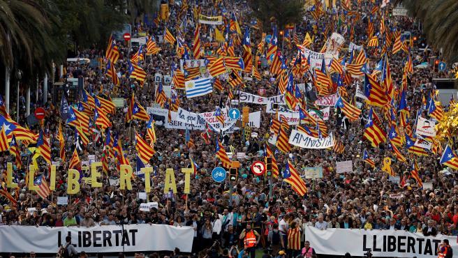 Vista general de la manifestación secesionista que recorre la vía Marina de Barcelona este 26-O.