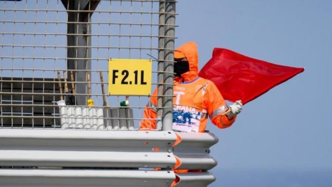 Un comisario muestra la bandera roja en la FP4 de MotoGP en el Gran Premio de Australia